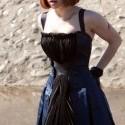 Tie šaty jej robia neskutočne dobrú postavu.. páči sa mi strih až na tú strčiacu látku na sukni. a keby nejaká iná kombinácia tak sú úplne dokonalé :)