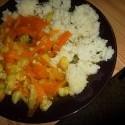 cuketa a mrkva hodene na cesnak! noooom! :O ako jesť zdravo, výživne a za fakt pár korún (tretina cukine za 5kč, jedna mrkva z troch čo stáli 3 koruny a kúsok ryže 20kč/kg) a cesnak mám z domu :D to neviem