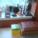 """mám vlastný beauty corner konečne :) v tých """"knihách"""" je tiež kozmetika :) v menšej veci na oči, vo väčšej pleť :) (akože makeup) :D ale počkajte keď prerobím izbu :D"""