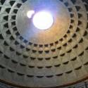 kupola panteonu - neni tam sklo, dovnutra prsi aj snezi, na zemi su odtokove kanaliky