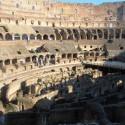 koloseum zvnutra, vidno aj cast pod podiom, mala asi 3 poschodia, plna malickych uzuckych miestnosti s hriadelmi a kladkami a celkovo posobila nesmierne sofistikovane