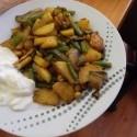 úplne genialne 10minutové aloo curry s cícerom som si zrobila!!! aj keď curry bolo len troška, oproti tomu ako to robí,me v reštike :D ... vlastne celé iné :D