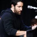 olalá bradatý Trent za klavírom!!! :O woooow!!!