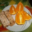 ooomnomnomnomnom raňajočka v podaní pomaranča, domácich musli tyčiniek a v zákulisí pol litra zeleného čaju!!!