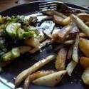 nooom! zemiakovo-zelerové hranolky a baby špenát s cuketou na cibulke!