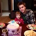 Sestra má dnes oslavu štvrtých narodenín :)  Strašne mladučko vyzerám keď som sa oholil :D Taký milý chlapec nie? :D