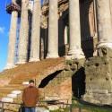 dalsi chram, do ktoreho je vstavany kostol (casta praktika krestanstva); vedla mna mozete vidiet pozostatky povodnych schodov + oltar na obete - obetovalo sa totiz vonku