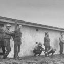 poprava členov nemeckej diverznej jednotky počas bitky v Ardenach