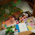 len tak som vyložila obsah postele a tašiek na stolík :D rozkošné :D