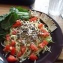 """motivacia do robothladania si a učenia sa: cukiňové """"špagety"""", kešu omáčka, rájča, šalát, tofu a zmes semiaček šakovakých!"""